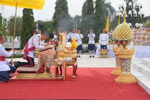 สมเด็จพระเจ้าอยู่หัว เสด็จพระราชดำเนินทรงวางพานพุ่มพระบรมราชานุสาวรีย์ ร.๗ เนื่องในวันรัฐธรรมนูญ