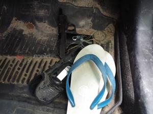 ตร.สงขลาขี่มอ'ไซค์ล่าระทึกเก๋งขับแหกด่าน จนมุมในป่าสวนยางทิ้งรถหลบหนี ค้นเจอยาบ้า ไอซ์ ปืนอีกเพียบ