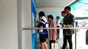 คึกคักไม่แพ้ที่อื่น ประชาชนผู้มีรายได้น้อยใน จ.จันทบุรี แห่กดเงินสวัสดิการแห่งรัฐต่อเนื่อง