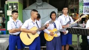 คณะครู นักเรียน และกลุ่มนักดนตรีจิตอาสาใน จ.จันทบุรี ร่วมหาเงินและสิ่งของช่วยผู้ป่วยยากไร้