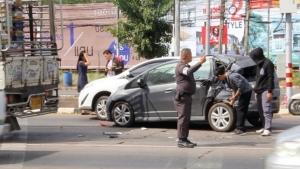 (มีคลิป) ระทึก! รถหกล้อแบรกแตกพุ่งชนรถยนต์อีก 4 คัน ขณะจอดติดไฟแดงแยกเจริญศรีขอนแก่น