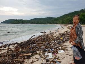 คลื่นลมมรสุมซัดเศษขยะเกยแนวหาดเกาะทะลุ แหล่งดำน้ำชื่อดังเมืองประจวบฯ