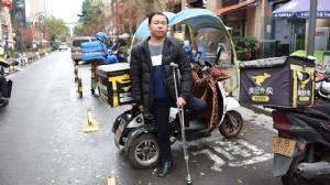 พิการแต่ไม่อับจน หนุ่มโปลิโอ ขี่สามล้อรับจ้างส่งของ เร็วกว่าคนมือเท้าปกติ
