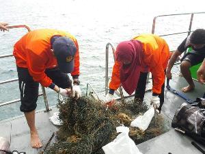 ตรังระดมนักดำน้ำจิตอาสาทำความสะอาดท้องทะเล เก็บขยะนำแยกย่อยสลาย เพื่อรักษาสิ่งแวดล้อม