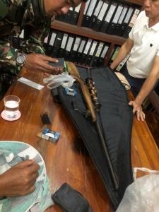 รวบชายชราพร้อมอาวุธปืน และเครื่องกระสุนเพียบริมอ่างเก็บน้ำ ป้องกันลอบล่าสัตว์ป่า
