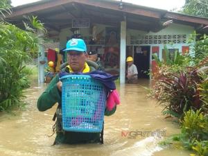 ทหารเร่งช่วยผู้ป่วยติดเตียง คนชรา และขนย้ายสิ่งของมาไว้ยังที่ปลอดภัยพ้นน้ำ