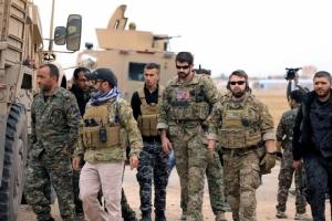 กองกำลังประชาธิปไตยซีเรียและทหารสหรัฐฯ ระหว่างร่วมลาดตระเวนในเมืองฮันซาคาห์ ของซีเรีย ใกล้ชายแดนตุรกี เมื่อเดือนพฤศจิกายนที่ผ่านมา