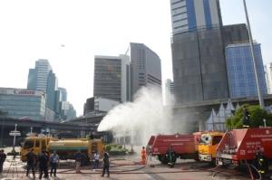 กทม.ฉีดพ่นละอองน้ำ หวังลดฝุ่น PM 2.5 ใช้รถดับเพลิงแรงดันสูงครั้งแรก ฉีดสูงกว่า 30 เมตร