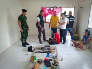 สนธิกำลังตำรวจ ทหาร บุกทลายรังแก๊งปล้นโหด พบอาวุธสงครามห้องเช่าย่านนครชัยศรี