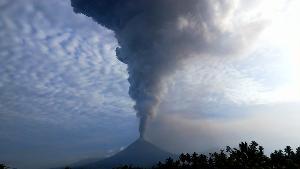 """""""อานัก กรากาตัว"""" ภูเขาไฟก่อสึนามิในอินโดร้ายมาตั้งแต่รุ่นแม่"""
