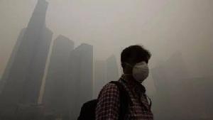 ผู้ชายชาวจีนในกรุงปักกิ่ง สวมหน้ากากป้องกันฯ ในวันที่มีมลพิษปกคลุม (ที่มา เอเจนซี่)