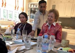 ชัยคอ ลาตีฟา บินติ โมฮัมเหม็ด บิน รอชีด อัล-มักตูม (ซ้าย) ขณะเสวยพระกระยาหารร่วมกับนางแมรี โรบินสัน อดีตประธานาธิบดีไอร์แลนด์ ที่วังของพระองค์ในนครดูไบ ภาพเผยแพร่โดยสำนักข่าว WAM ของทางการยูเออีเมื่อวันที่ 24 ธ.ค. (Photo:  STRINGER / various sources / AFP)