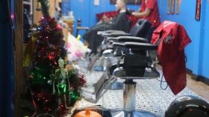 """คริสต์มาสแนวสยองขวัญ! บาร์เบอร์แต่งตัว """"ซาตานซานต้า"""" รับกระแสคริสต์มาส ต่างชาติแห่เซลฟีตรึม"""