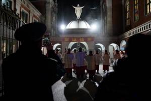ตำรวจจีนก็เข้าร่วมพิธีมิสซาในโบสถ์ที่นครเซี่ยงไฮ้ ในวันคริสต์มาส อีฟ 24 ธ.ค. (ภาพ รอยเตอร์ส)