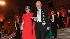ดอนนา สตริคแลนด์ และกษัตริย์ คาร์ล กุสตาฟ แห่งสวีเดน ระหว่างงานฉลองรางวัลโนเบล (Fredrik Sandberg/TT via AP)