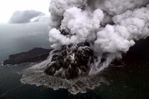 ภาพถ่ายทางอากาศเมื่อ 23 ธ.ค.2018 เผยภูเขาไฟ อานัก กรากาตัว กำลังปะทุ (Nurul HIDAYAT / BISNIS INDONESIA / AFP)