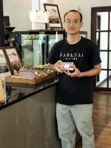 นายภูริชญ์ ฐานะวุฑฒ์ เจ้าของร้าน ภราดัย (PARADAi) Crafted Chocolate & Cafe
