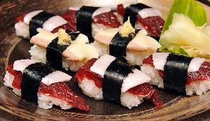 ซูชิเนื้อ จากการวิจัยพบว่า คนที่กินอาหาร Mediteranean ซึ่งประกอบด้วยผลไม้ ผัก และอาหารประเภทเมล็ดข้าว ปลา และน้ำมันมะกอกมีโอกาสเป็นโรคสมองเสื่อมน้อยกว่าคนที่บริโภคเนื้อ นม ไข่ ถึง 40% (Kazuhiro NOGI / AFP)