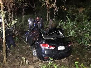 อส.ขับรถพาครอบครัวกลับบ้านร่วมฉลองปีใหม่ เกิดเสียหลักชนต้นไม้บาดเจ็บ 4 ราย