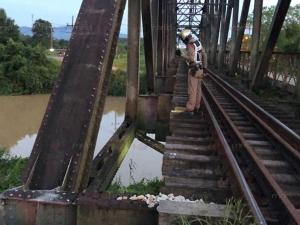 ชายเก็บของเก่าแอบนอนบนสะพานรถไฟ ม้าเหล็กมาลุกไม่ทันพลิกตัวหลบตก 3 เมตรบาดเจ็บ
