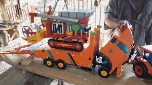 ใครเห็นเป็นต้องทึ่ง! ลุงชาวนาใช้จินตนาการสร้างโมเดลรถเศษไม้ได้ทุกแบบ