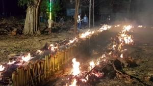 ชาวบ้านหัวเด่น จ.ชัยนาท เผาข้าวหลาม 4,500 กระบอก แจกให้กินฟรีรับปีใหม่