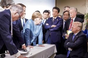 <i>ภาพที่เผยแพร่โดยสำนักนายกรัฐมนตรีเยอรมนี  ซึ่งถ่ายขณะพวกผู้นำกลุ่ม จี7 ประชุมทำงานกันเพื่อร่างแถลงการณ์ร่วมของการประชุมซัมมิตที่แคนาดาเมื่อเดือนมิถุนายน 2018  ทั้งนี้ภาพนี้ได้รับการกล่าวขานกันมากว่าช่างสะท้อนความแตกแยกกันในหมู่ผู้นำโลกตะวันตกเหล่านี้ และภาวะโดดเดี่ยวของโดนัลด์ ทรัมป์ ได้ชัดเจนยิ่ง </i>