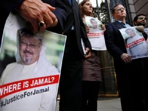 <i>กลุ่มผู้ประท้วงถือภาพของ จามาล คาช็อกกี นักหนังสือพิมพ์ชาวซาอุดีอาระเบีย ซึ่งหายตัวไปภายหลังเข้าไปในสถานกงสุลของซาอุดีฯ ในนครอิสตันบูล โดยที่ทางการซาอุดีฯเองยอมรับแล้วว่าเขาถูกสังหารโหด </i>