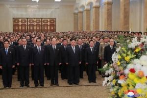 คิม จองอึน ผู้นำเกาหลีเหนือ นำคณะผู้บริหาร วางพวงมาลา เพื่อแสดงความระลึกถึง คิม จอง อิล บิดาผู้ล่วงลับของเขาและอดีตผู้นำเกาหลีเหนือ ที่พระราชวังคัมซูซาน ในกรุงเปียงยาง เมื่อวันอังคาร(1ม.ค.)