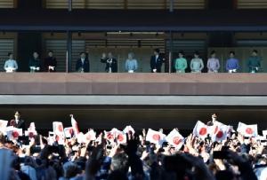 In Pics : ชาวญี่ปุ่นน้ำตาคลอ จักรพรรดิอากิฮิโตะพระราชทาน 'พรปีใหม่' ครั้งสุดท้ายก่อนสละราชบัลลังก์