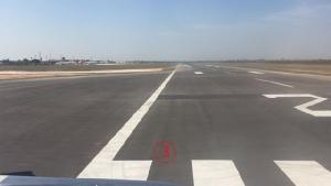 บริเวณที่ชายเคราะห์ร้ายหล่นลงจากเครื่องบิน อยู่ห่างออกไปจากอาคารผู้โดยสารไกลทีเดียว แต่มีคนเห็นเหตุการณ์.