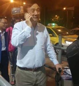 นายเหริน เจิ้งเฟย กำลังเข้าแถวเพื่อเรียกแท็กซี่ที่สนามบินแห่งหนึ่งในจีน เช่นเดียวกับคนอื่นๆ