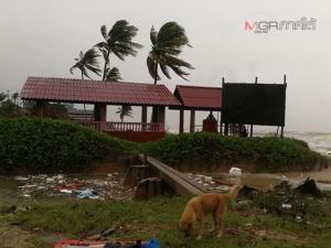 ชายฝั่งทะเลสงขลาฝนเริ่มหนักคลื่นแรง อพยพชาวบ้านแล้ว 3 อำเภอกว่า 300 คน