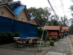 ร้านค้าริมหาดปากเมงปิดเกลี้ยง สั่งเรือทุกลำต้องจอดหลบพายุคลื่นลมแรง
