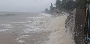 """""""ปาบึก"""" แผลงฤทธิ์ถึงบางสะพาน มาหมดทั้งลม ฝน ทำน้ำท่วมมิดหลังคาบ้าน"""