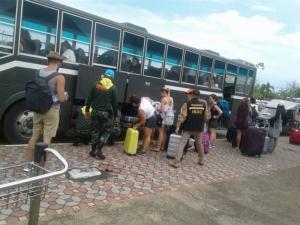 ปาบึกพ่นพิษ! เกาะพีพีแทบร้าง นักท่องเที่ยวทยอยขึ้นฝั่งอีกกว่าพันคน