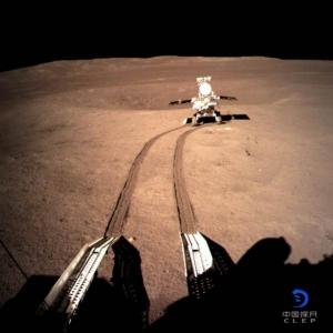 หลังจากที่ฉังเอ๋อ-4 จอดลงด้านไกลของดวงจันทร์ ก็ปล่อยยานสำรวจดวงจันทร์ อี้ว์ทู่-2 หรือกระต่ายหยก-2 ออกเดินสำรวจ ภาพเมื่อวันที่ 4 ม.ค.จากคณะบริหารอวกาศจีน (China National Space Administration)
