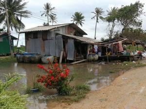 ชาวระโนดยังเดือดร้อนน้ำท่วมขังบ้าน ผู้ว่าฯ ลงพื้นที่นำอาหาร-น้ำดื่มมอบบรรเทา