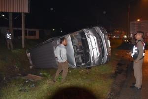 """พิษ """"ปาบึก"""" ทำฝนตกถนนลื่นรถตู้พลิกคว่ำบนถนนเพชรเกษมเขาย้อย บาดเจ็บ 3 ราย"""