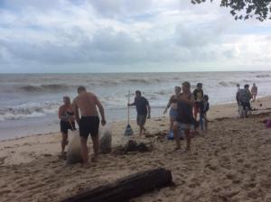 """ตื้นตัน! คลิปนักท่องเที่ยวช่วยกันเก็บขยะหาดละไม หลังพายุ """"ปาบึก"""" พัดเศษขยะขึ้นฝั่ง"""