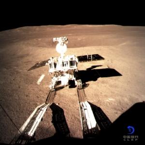 """<i>ยานสำรวจดวงจันทร์ """"อี้ว์ทู่ 2"""" ของจีน ทิ้งรอยล้อให้เห็นภายหลังเคลื่อนออกมาจากยานฉางเอ๋อ 4 ซึ่งลงจอดบนพื้นผิวด้านมืด (ด้านที่ไม่เคยหันมาหาโลก) ของดวงจันทร์ เมื่อวันพฤหัสบดี (3 ม.ค.) ในภาพที่เผยแพร่โดยสำนักงานบริหารอวกาศแห่งชาติของจีน ผ่านทางสำนักข่าวซินหวา  </i>"""