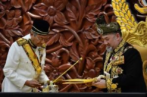 <i>สมเด็จพระราชาธิบดีมูฮัมหมัดที่ 5 แห่งมาเลเซีย (ขวา) และนายกรัฐมนตรีมหาเธร์ โมฮาหมัด  ระหว่างพิธีเปิดรัฐสภาในกรุงกัวลาลัมเปอร์ เมื่อวันที่ 17 ก.ค. 2018 </i>