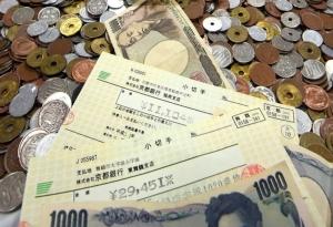 """เปิดหีบเงินทำบุญปีใหม่ศาลเจ้า """"ฟูชิมิอินาริ"""" เงินบาทเพียบ เช็คก็มี ลอตเตอรีก็มา"""