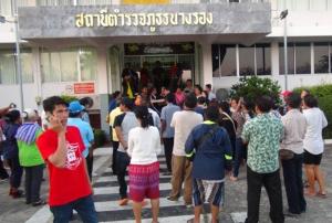 """ตร.บุกจับว่าที่ผู้สมัครเพื่อไทยบุรีรัมย์ข้อหาปล่อยเงินกู้ ขณะพา """"สุดารัตน์"""" ลงพื้นที่ เมียร่ำไห้ โวยถูกแกล้ง"""