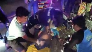 รถตู้กู้ภัยระยองกลับจากส่งโลงศพเร่งแซงเสียหลักพลิกคว่ำคาสี่แยกพนัสฯ ดับ 1 บาดเจ็บ 2
