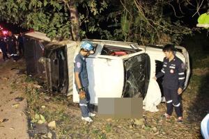 สลด! กระบะเสียหลักชนต้นคูน รถคว่ำทับนายช่างหนุ่มชลประทานพิษณุโลกดับ
