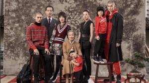 """แคมเปญ"""" ภาพถ่ายครอบครัว"""" ของ Burberry นี้ กำกับโดย อีธาน เจมส์กรีน ช่างภาพชาวอเมริกัน และได้ดาราจีนชื่อดัง อย่าง จ้าวเหว่ย และโจวตงหยู่ มาร่วมเพื่อสื่อสารแฟชั่นในสไตล์ Burberry ที่เป็นเอกลักษณ์ (ภาพเวยปั๋ว)"""