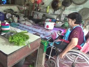 น่ายกย่อง! คุณป้าพิการนั่งรถเข็นขายขนมจีนหาเลี้ยงชีพจนสร้างบ้านได้