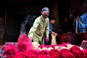 ชมภาพ..หมู่บ้านเวียดนามเร่งมือผลิตธูป รับเทศกาลวันตรุษใกล้มาถึง