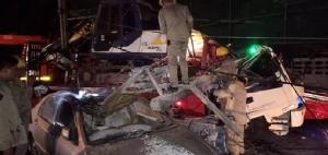 รถบรรทุกแบ็กโฮเกี่ยวสายไฟฟ้าย่านสาทร หัก 2 ต้นทับรถเสียหายหลายคัน